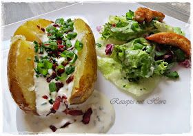 4 große Kartoffeln  etwas Öl  500 g Sauerrahm  50 g Sahne  1 EL Olivenöl  Salz, Pfeffer  1/4 TL Knoblauchpulver  Bund Schnittlauch, g...