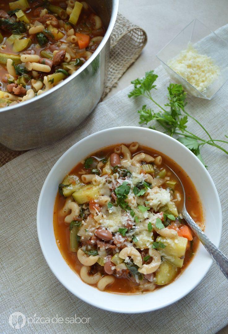 Fácil y deliciosa sopa minestrone, una mezcla de muchas verduras, pasta, frijoles y un caldito de tomate con hierbas y queso parmesano.