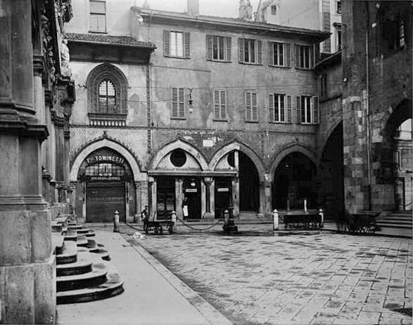 Piazza dei Mercanti - casa dei Panigarola