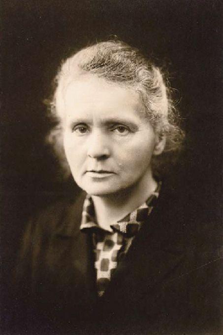Marie Curie (1867 - 1934). Química y física polaca, posteriormente nacionalizada francesa. Pionera en el campo de la radiactividad. Fue la primera persona en recibir dos premios Nobel y la única en haber recibido dos premios Nobel en distintas especialidades, Física y Química, y la primera mujer en ser profesora en la Universidad de París.