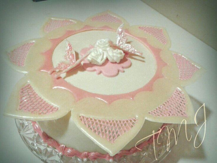 Fehér és rózsaszín glazúr rátéttel, pillangókkal és rózsákkal díszített esküvői torta./ Pink and white wedding cake decorated with royal icing butterflies and roses.