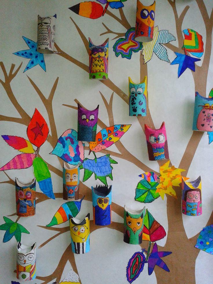 L'albero multicolor dei gufetti. La diversità e unicità di ciascun alunno che compone la classe è il tema di questo grande lavoro collettivo. Ogni alunno ha realizzato un autoritratto gufetto e ha disegnato e colorato molte foglie di forma diversa. Abbiamo poi incollato tutto su un albero di cartoncino alto 1,5 m