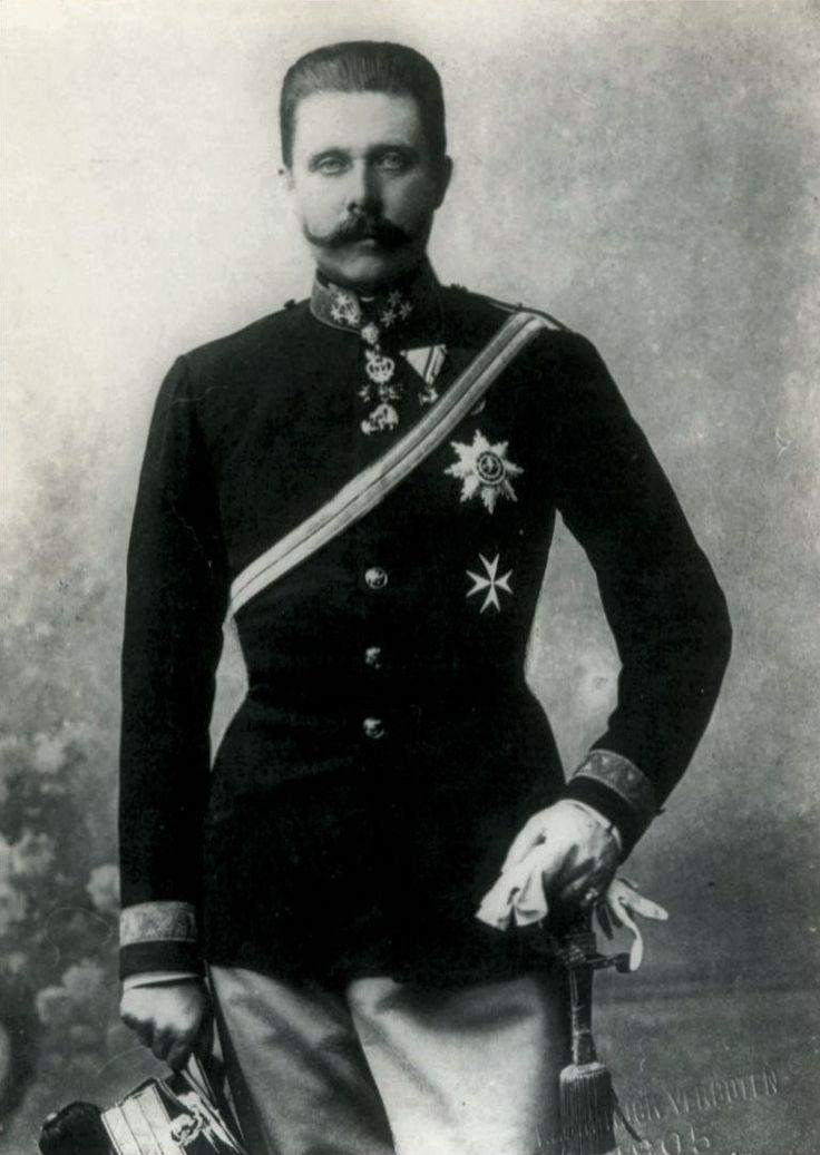 Frans Ferdinand(geboren in Graz op 18 juli 1863) was de kroonprins van Oostenrijk-Hongarije, hij is 28 juli 1914 vermoord door Gavrilo Princip. Er zijn die dag 2 aanslagen op hem gepleegd maar de eerste heeft hij overleefd doordat hij de bom uit de auto sloeg. De auto achter hem met officiers werd echter wel getroffen. Toen hij later die middag de route veranderde en naar het ziekenhuis ging voor de officiers werd hij alsnog neergeschoten.