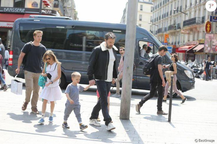 Jennifer Garner, Ben Affleck et leurs enfants Violet, Seraphina et Samuel prennent le train à la gare du Nord à Paris pour Londres le 8 mai 2016.