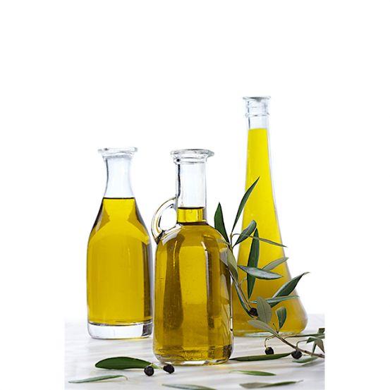 <p>Olijfolie is niet alleen perfect als conditioner, ook als je je haar lichter wil maken, is olijfolie hét ideale middeltje. Breng een beetje olijfolie aan op je haar en stel het een uurtje bloot aan de zon. Was je haar en laat het drogen aan de lucht. Resultaat: je haar is lichter en voelt zachter aan. Doe het drie keer per week tot je de gewenste kleur krijgt.</p>