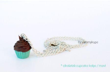 Çikolatalı Cupcake Kolye / Mavi  Pasta Tabağı / kolye  #fashion #design #miniature #food #art #miniaturefoodart #polymerclay #clay #minyatur #polimerkil #kil #nutella #tasarim #taki #sanat #moda #sokak #tutorial #yummykupe #mold #kalip #nasil #bileklik #kolye #kupe #yuzuk #aksesuar #kadin #ring #earring #accesorie #necklace #chocolate #cupcake