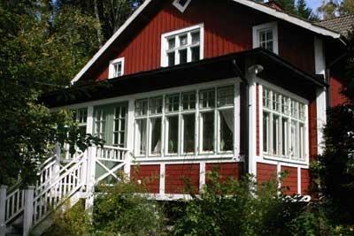Med spröjsade fönster och pardörrar
