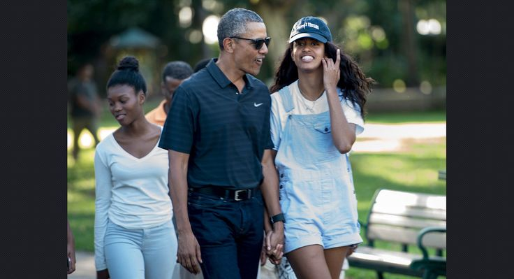 Malia and her dad visit to the Honolulu Zoo on Jan. 2, 2016, during their Christmas vacation.   (AFP/Getty)