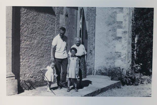 Jacques Chirac et ses filles dans les années 60Jacques Chirac pose en famille avec ses deux filles, au milieu des années 60