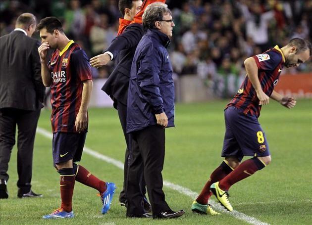 """El delantero argentino del Barcelona, Leo Messi (i), abandona el campo en presencia del técnico, Gerardo """"Tata"""" Martino, tras lesionarse en ..."""