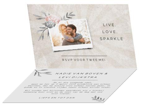 Vintage trouwkaart met chique bloemen, stijlvol label en streep patroon