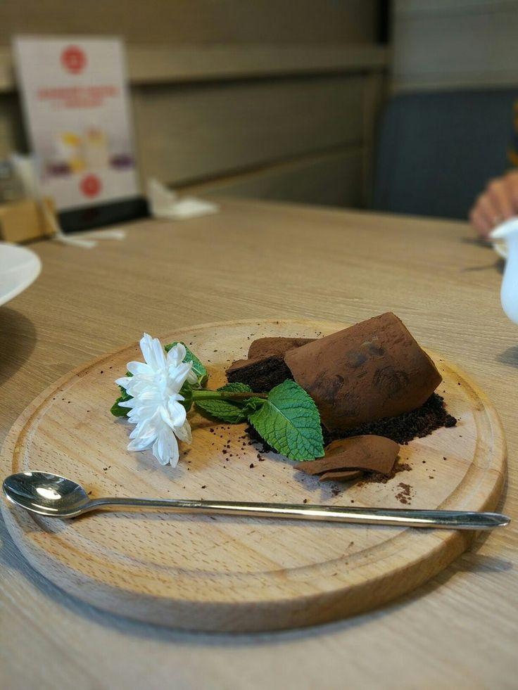 Мамин любимый цветок - экстравагантный и яркий десерт, автором образа которого является шеф-повар Хестон Блюменталь и очень красиво доработанный Игорем Гришечкиным . Спасибо им за потрясающую идею и о Автор: foodphoto