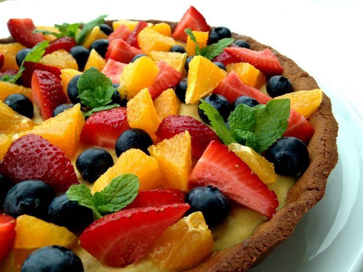 Sommertærte uden sukker, kunstige sødemidler, gluten og korn. Du vælger selv om du vil lave den med smør eller kokosolie.  I al beskedenhed så smager den fantastisk og du behøver ikke fortælle dine gæster, at det er en sund version – det gætter de aldrig.
