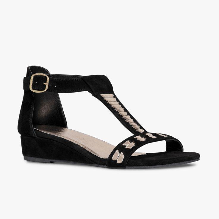 Sandale compensée noire en cuir velours  Une petite sandale compensée qui en jette. Les motifs dorés sur ses brides l'habillent et lui donnent du caractère. Talon : 3 cm, enrobage textile.   •#SHOESINMYLIFE Elle peut s'associer avec une tenue décontractée mais aussi habillée.  •Prendre votre pointure habituelle.                                                                                                                                                     Plus