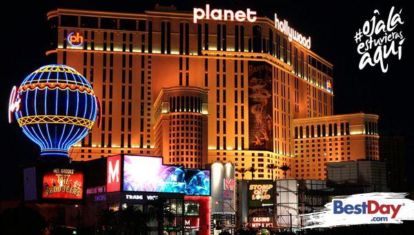 Galardonado por la calidad de sus servicios e instalaciones, Planet Hollywood Resort and Casino Las Vegas te invita a vivir una experiencia digna de rodar una película. Desde el momento en que entras al hotel te sentirás bajo los reflectores y el glamour de las grandes estrellas por el juego de luces neón que predomina en esta inmensa propiedad. #OjalaEstuvierasAqui
