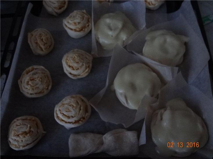 """Булочки """"к чаю"""" из слоеного теста :  первые с сыром, вторые - с заварным кремом"""