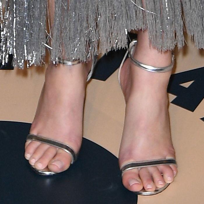 Elizabeth Banks S Pretty Feet In Silver Metallic Minny Sandals Elizabeth Banks Silver Sandals Heels