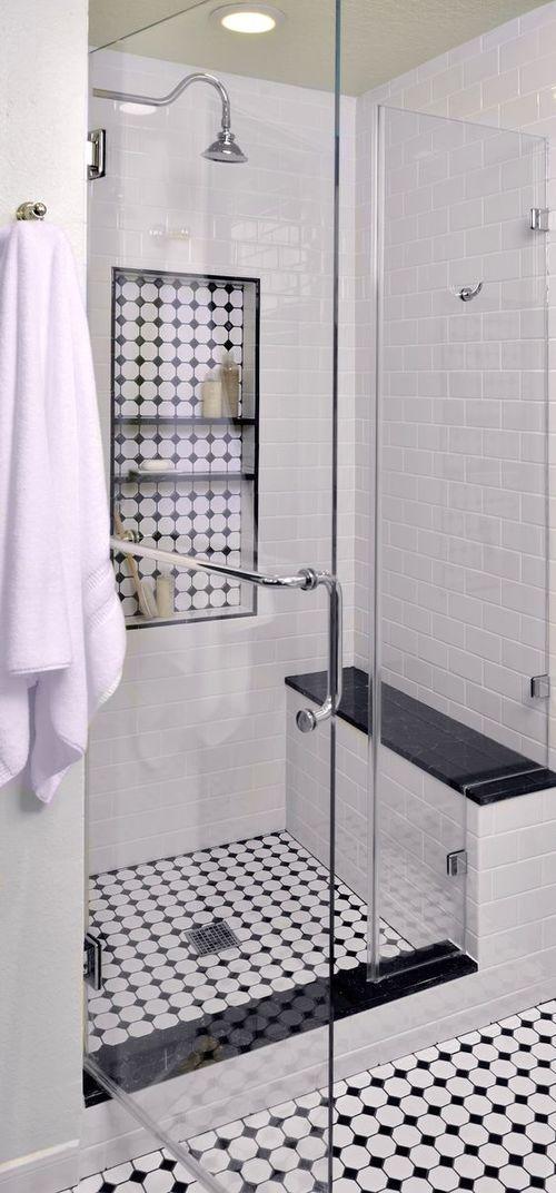 Inbyggd duschhylla och inkaklad sittbänk.