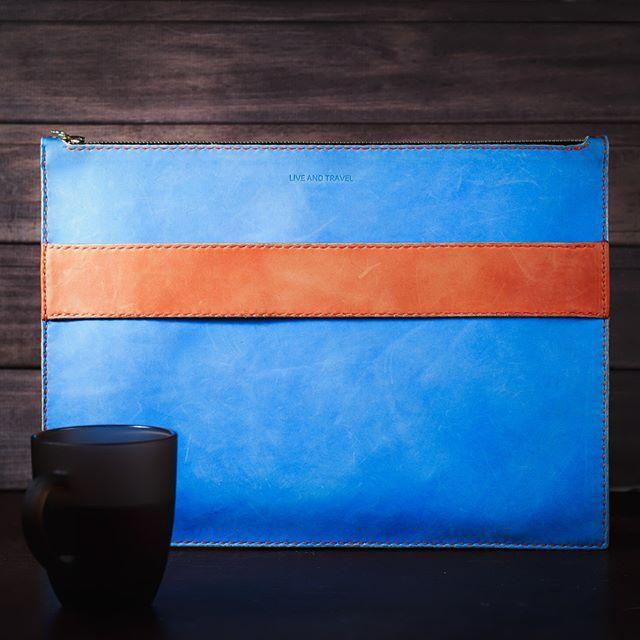 ✈️ 👓 Выполнили вот такой индивидуальный заказ! 👨 Папка для бумаг и планшета из натуральной кожи изготовлена полностью в ручную! 💁 Одна сторона оранжевая другая голубая с оранжевой ручкой) 🍰 Хотите себе что-то с уникальным дизайном? ✏️ Пишите нам в директ или месенджеры, мы будем рады выполнить заказ😉…