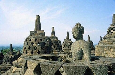 Borobudur adalah sebuah candi Buddha yang terletak di Borobudur, Magelang, Jawa Tengah, Indonesia. Lokasi candi adalah kurang lebih 100 km di sebelah barat daya Semarang, 86 km di sebelah barat Surakarta, dan 40 km di sebelah barat laut Yogyakarta. Candi berbentuk stupa ini didirikan oleh para penganut agama Buddha Mahayana sekitar tahun 800-an Masehi pada masa pemerintahan wangsa Syailendra. Borobudur adalah candi atau kuil Buddha terbesar di dunia,sekaligus salah satu monumen Buddha…