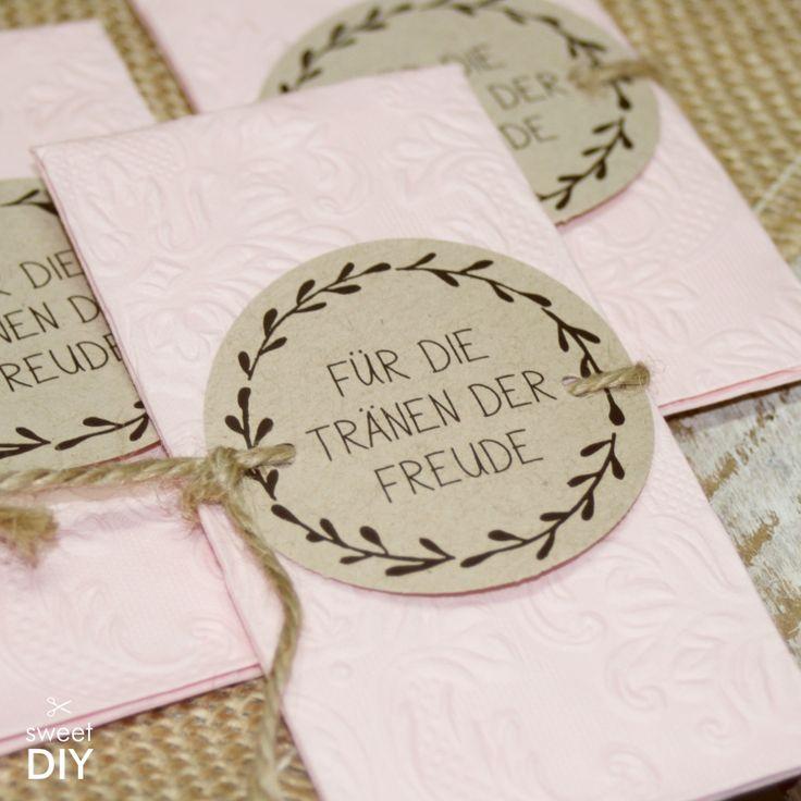 DIY Idee - Für die Tränen der Freude! Grundlage ist unser handgemaltes Kranzmotiv, zu dem es eine komplette Stanzlogo-Serie. Somit kannst du deine weitere DIY-Papeterie im gleichen Design anpassen. || Für die Freudentränen - Für die Tränen der Freude - DIY - Jute - Kordel - Kränze - rustic wedding - Vintage ||