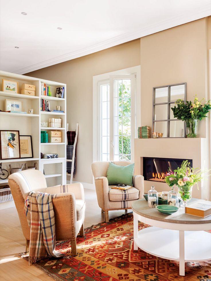 salon con chimenea butacas y estanteria pisos reueños