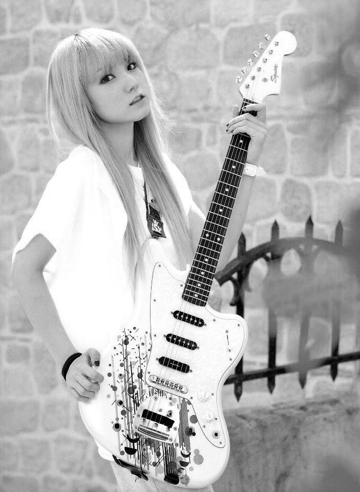 Sasazaki Mami  Guitarrista principal y voces secundarias de Scandal  (Banda de J-rock) Gamer, dibujante, creativa, callada, loca, simplemente genial.