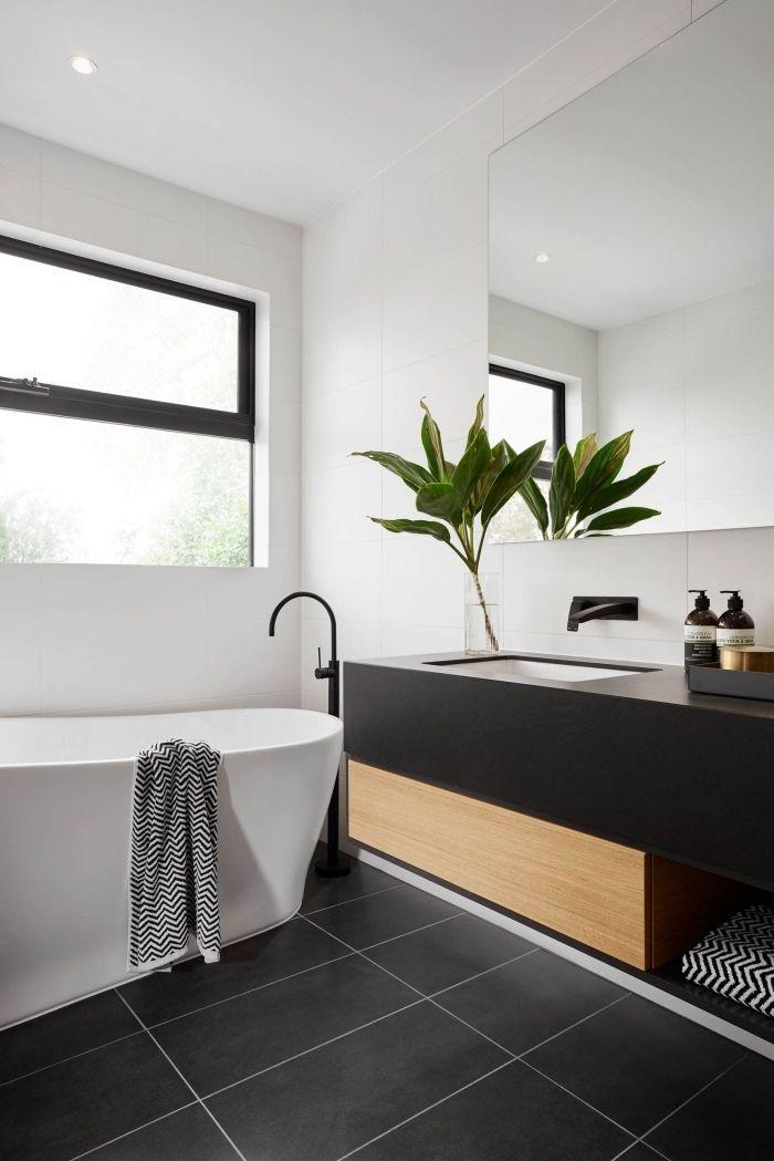 salle de bain moderne aux murs blancs