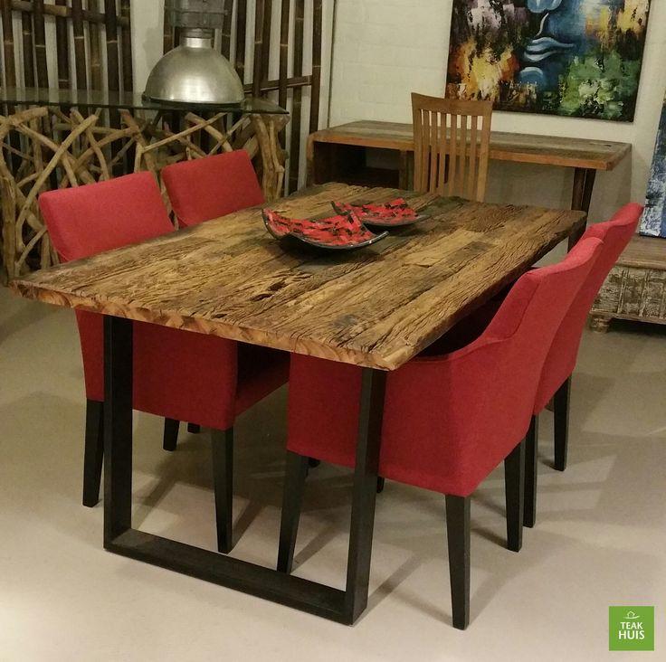 Eettafel met stalen onderstel en een blad gemaakt van originele oude spoorbielzen uit india. Leverbaar in meerdere afmetingen.
