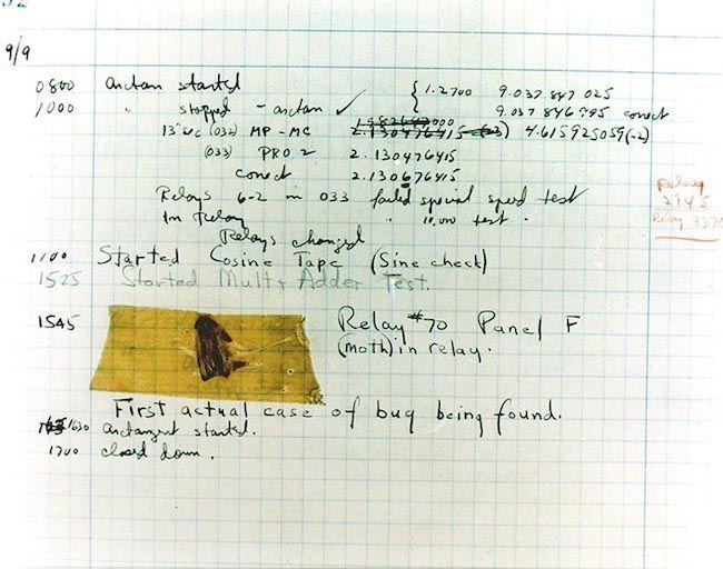 """Una polilla pegada con celo en un cuaderno de notas: el Bug encontrado en la Mark II que dio origen a la palabra """"bug"""" como sinonimo de error."""