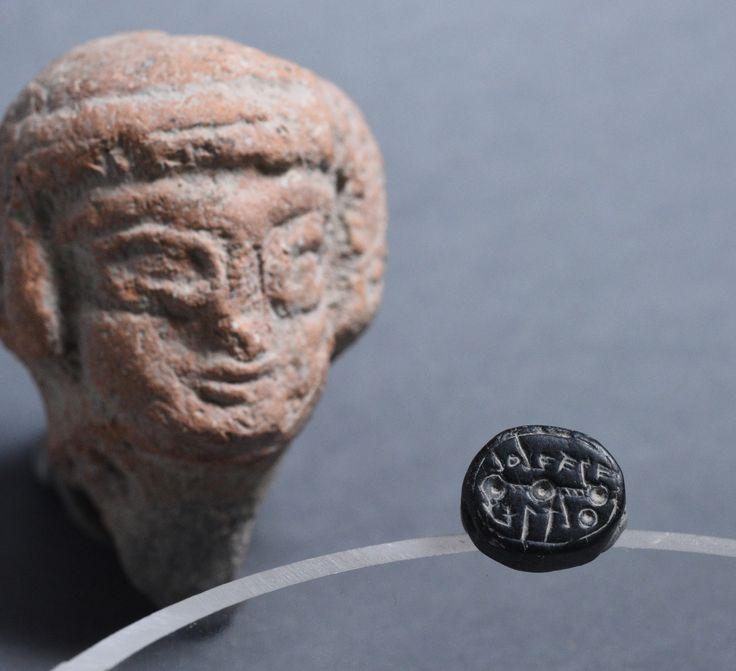 """Dois selos hebraicos da época do Primeiro Templo foram descobertos na Cidade de David. Jerusalém (TPS) – Dois selos de 2500 anos, que ostentam nomes hebraicos, foram descobertos na cidade de David, em Jerusalém. Um dos selos pertencia a um homem chamado """"Sa'aryahu ben [filho de] Shabenyahu"""" e o segundo tem o nome """"Elihana bat…"""