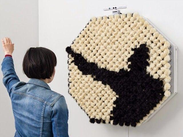 Voici la dernière oeuvre de l'artiste Daniel Rozin. Cette installation se nomme « PomPom Mirror » et représente en direct l'ombre des personnes qui se présentent devant.  Composée de 928 sphères de fausse fourrure actionnées à l'aide de petits moteurs, l'oeuvre répond à la présence du spectateur en reproduisant sa silhouette à l'aide d'une captation visuelle assistée par ordinateur. L'installation respire et s'anime comme un être vivant et reproduit les formes fantomatiques du spectateur.