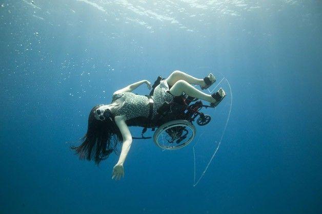 Paraplégica faz performances dentro da água usando cadeira de rodas ~ Portal PCD On-Line
