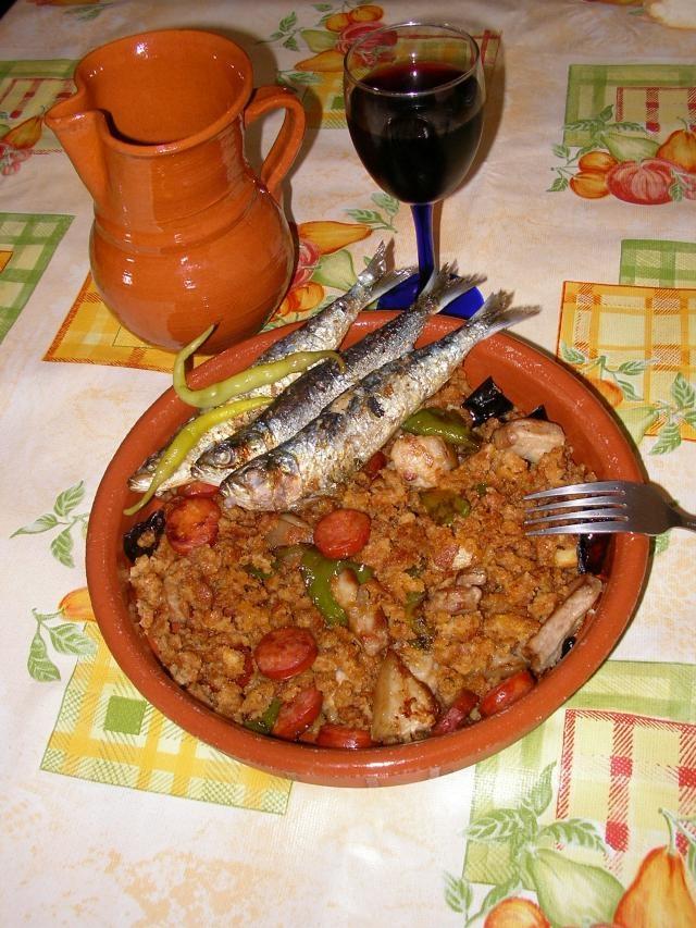 Migas (Aragón) Este plato originario de los pastores, consiste en sofreir con ajo y aceite los trozos de pan duro desmenuzados y combinados, principalemnte con chorizo. Además de Aragón, otras comunidades también han caído en la tentación.