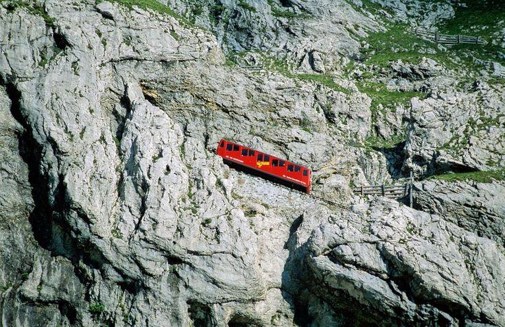 Avec 48% de déclivité, le Pilatusbahn est chemin de fer à crémaillère la plus raide au monde. il se trouve dans le Canton d'Obwald en Suisse © Mediacolors / Andia.fr