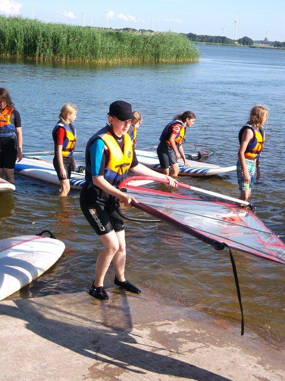 Program windsurfingowy realizowany jest na jeziorze Resko w bazie szkoły windsurfingowej Balticsurf. #sport #windsurfing #obózsportowy #obóztenisowy