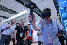 Canton fair buyers show strong interests in VR products