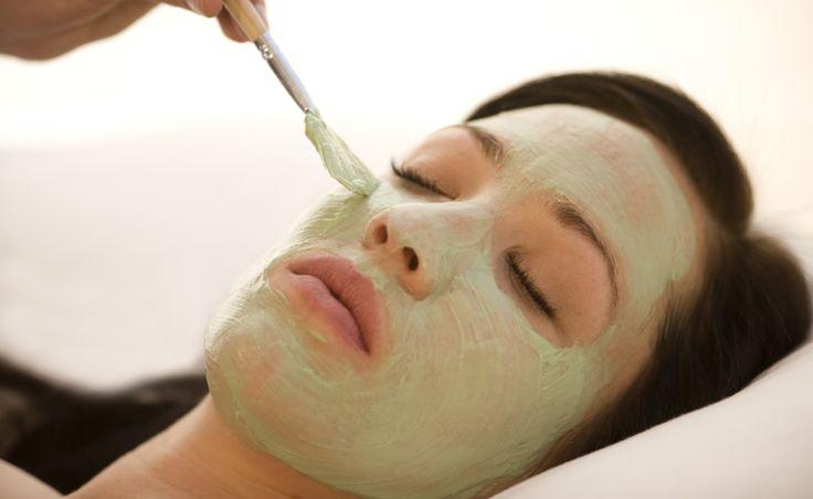 Conheça as propriedades da argila verde, saiba como usá-la para tratar a pele de diferentes partes do corpo e conheça todos seus benefícios.
