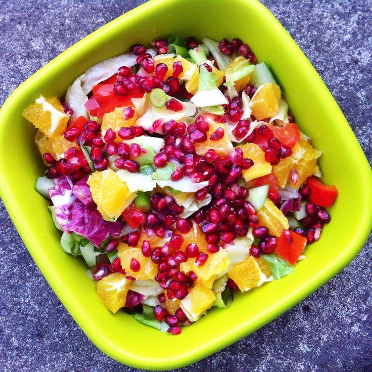 Dieser Salat mit Rotkohl, Granatäpfeln, gebratenen Pilzen und einem cremigen Orangen-Erdnuss-Dressing sorgt für die extra Nährstoff-Power im Herbst!