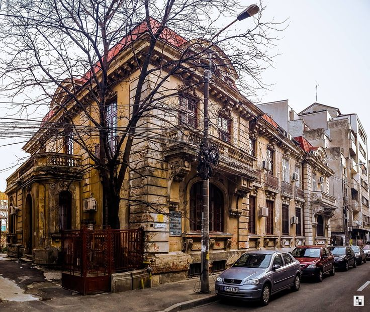 Casă interesantă pe strada Ionel Perlea spre Piața Kogălniceanu, atinsă de trecerea timpului și nu numai!  Source: #bucurestirealist Toate drepturile rezervate.