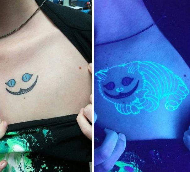 Tatuaje con el gato de alicia en el país de las maravillas que aparece cuando apagas la luz