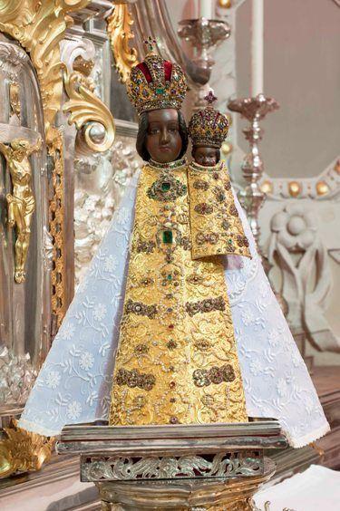 Milostná socha P. Marie svatohorské v slavnostním pancíři