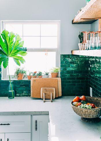 生活感を隠してもっと居心地よく。お洒落なキッチンを作る6つのヒント ... まずは空間をパッと明るくしてくれる、お花やグリーンの植物を
