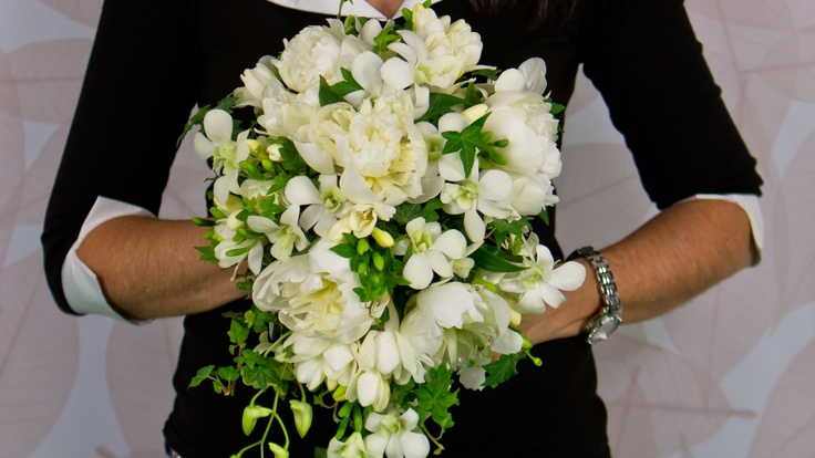 important step by step instruction on making a cascade bridal bouquet...app florista4