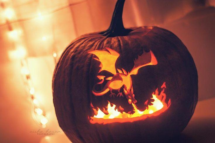 Un dragon soufflant du feu dans une citrouille
