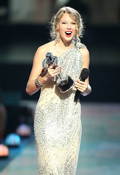Taylor Swift accepts the 'Best Female Video' award at the 2009 MTV Video Music Awards at Radio City Music Hall on September 13, 2009 in New York City.