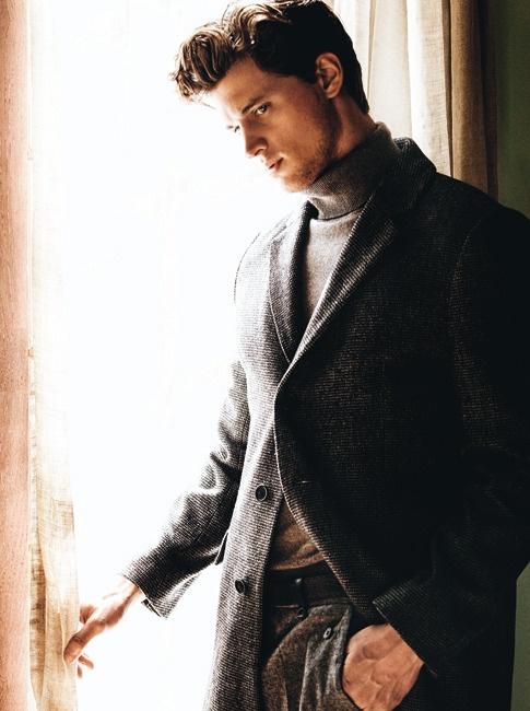 Manteau droit chevronné, anthracite et en laine, et pantalon en tweed, Hugo Boss. Pull à col roulé en cachemire, Smalto.