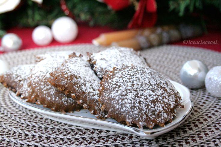 Le chinulille calabresi sono dei biscotti farciti tipici che si preparano nel periodo di Natale. Questa versione è con farina di castagne e miele di fichi.