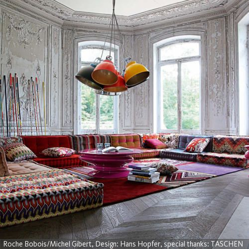 In diesem Raum wird mit starken Kontrasten gearbeitet: Im renovierten Altbau erzeugen Elemente zwischen Ethno-Style und Moderne eine abwechslungsreiche Mischung. …
