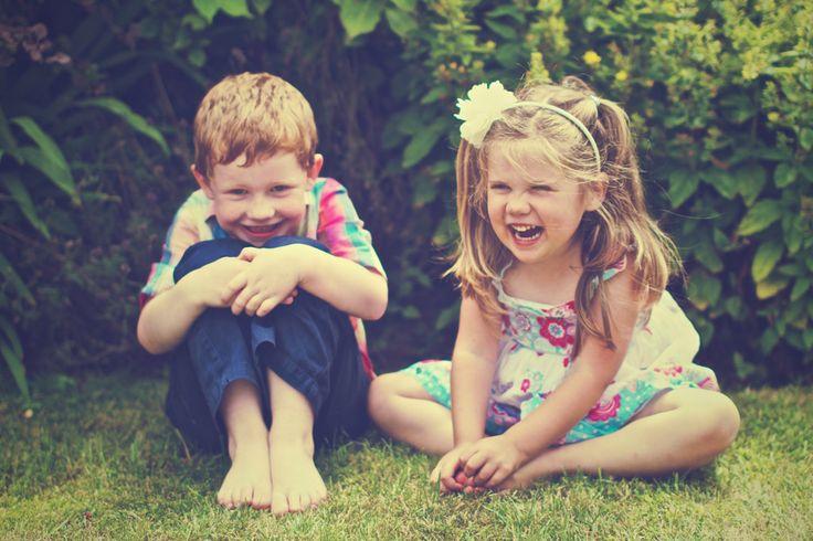 [フリー画像素材] 人物, 子供, 少女 / 女の子, 少年 / 男の子, 兄弟 / 姉妹, 笑顔 / スマイル, 二人, 外国の子供 ID:201308101000